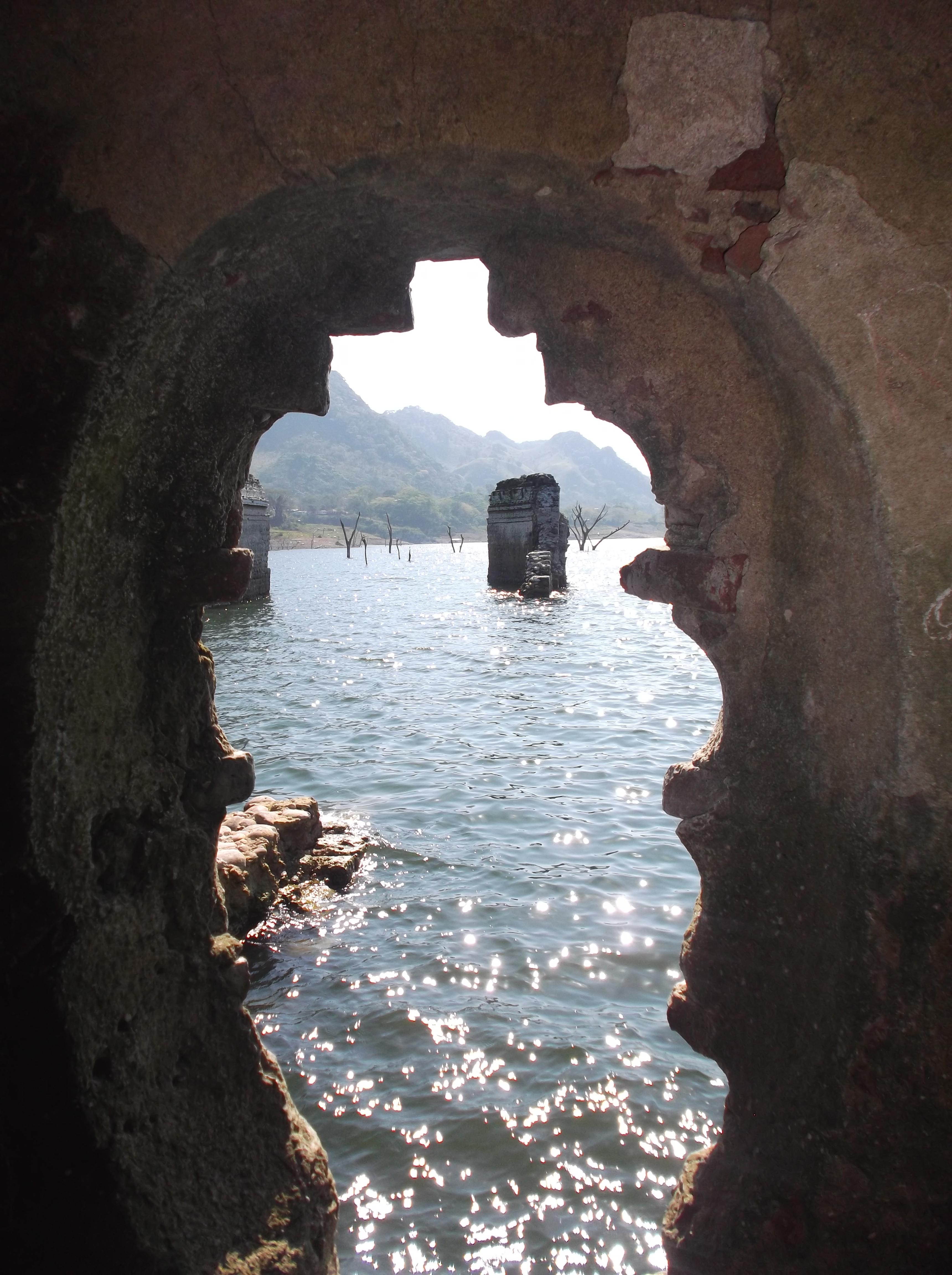 Vistas desde un ventanal de la iglesia de Quechula