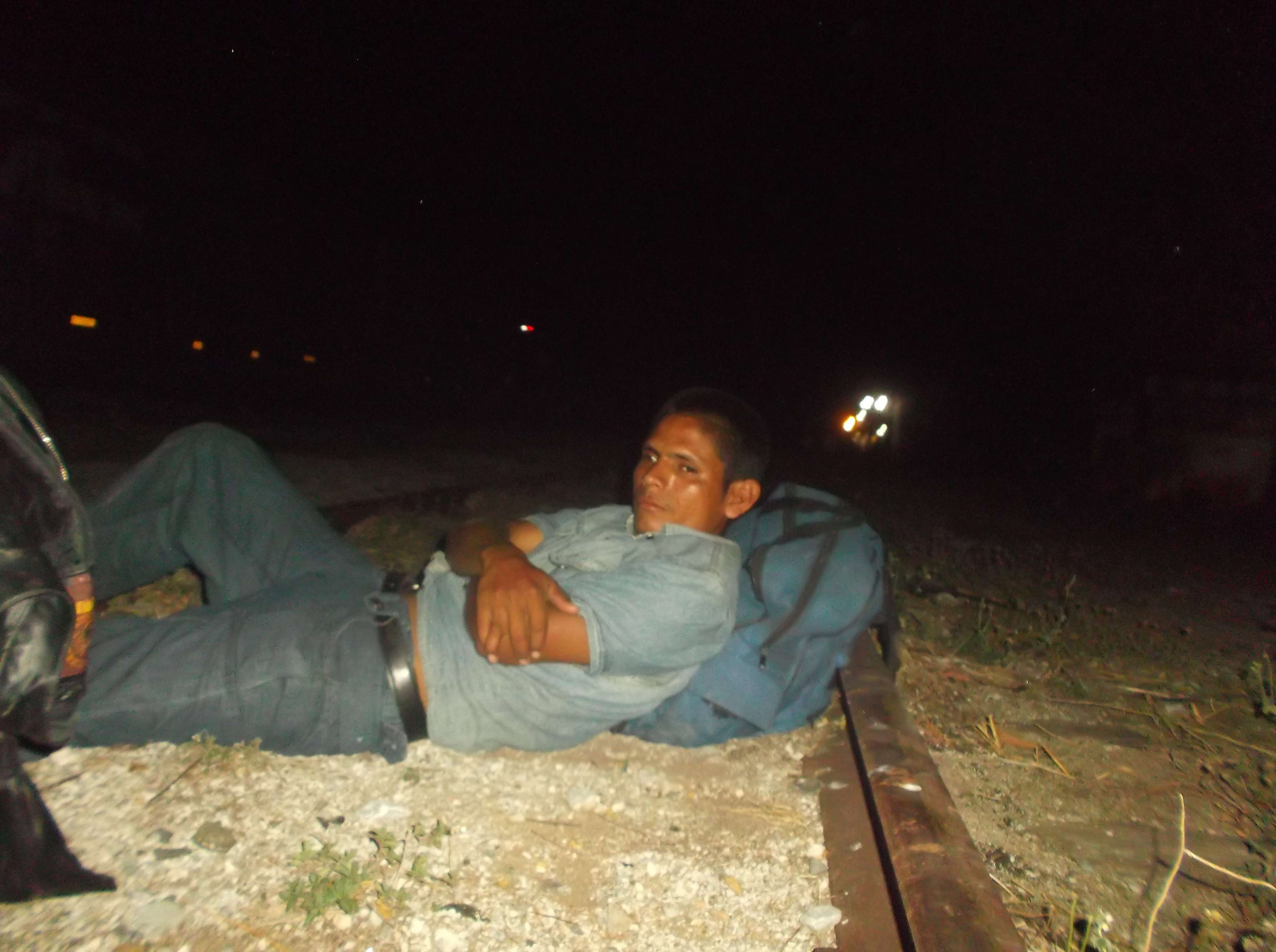 Edwin descansando sobre las vías del tren
