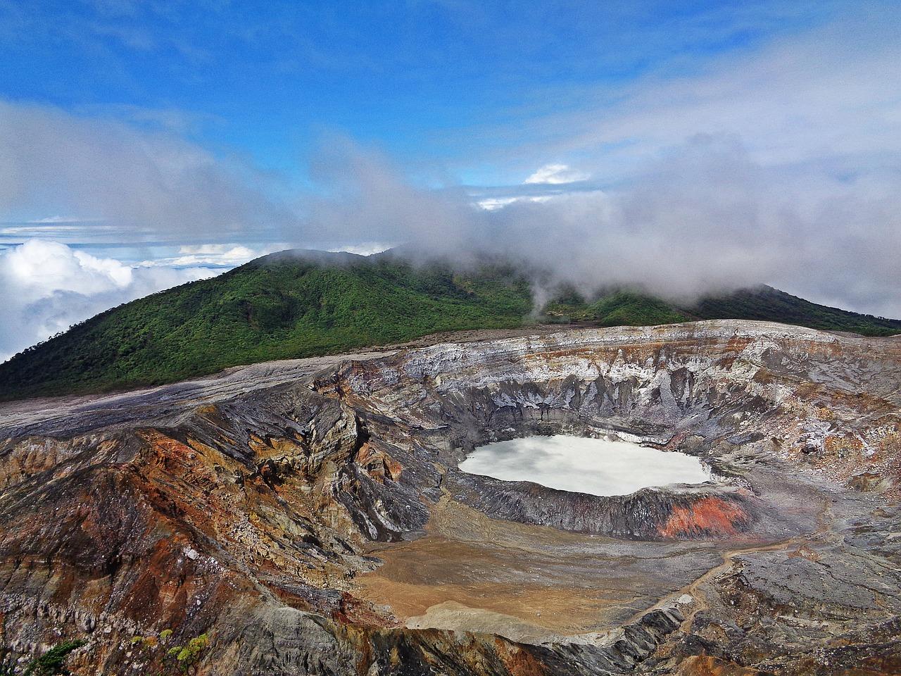Cráter del volcán Poás - vacaciones en costa rica