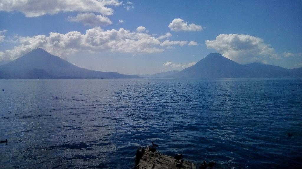 Atitlán y sus volcanes - guatemala