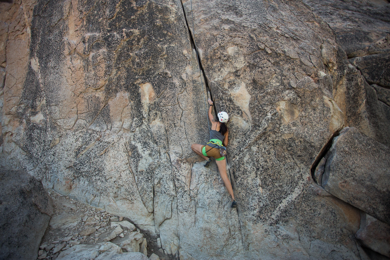 mujeres escalando